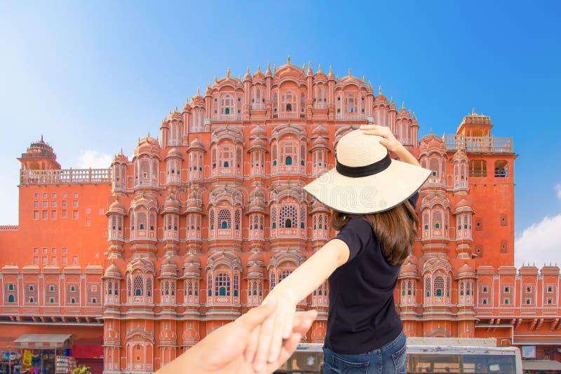 Para podróżnicy mężczyzna i kobieta podążają mienie ręki przy Hawa Mahal pałac w Jaipur i Podróżują szczęśliwego, Rajasthan, Indi obrazy stock