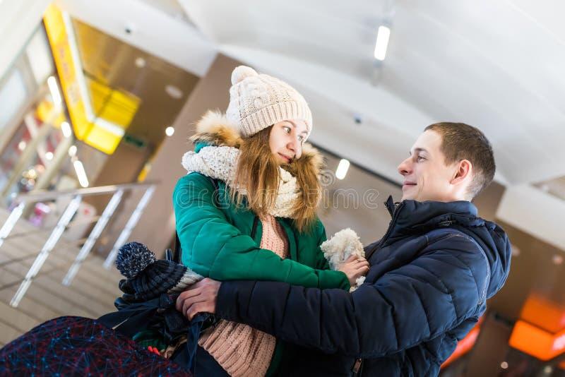 Para podróżnicy w ciepłym odziewa w krokach przy pokojem stacja obraz royalty free