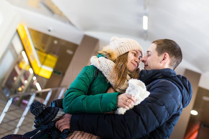 Para podróżnicy w ciepłym odziewa w krokach przy pokojem stacja obrazy stock