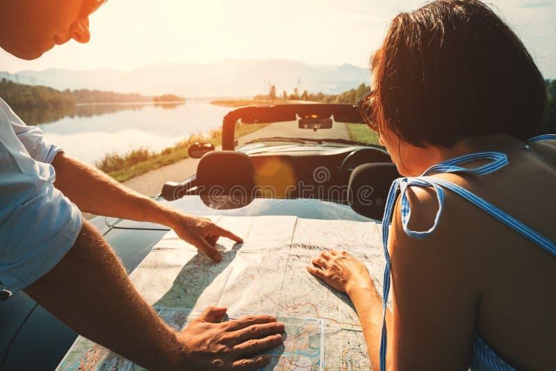 Para podróżników planów auto marszruta z mapą zdjęcie royalty free