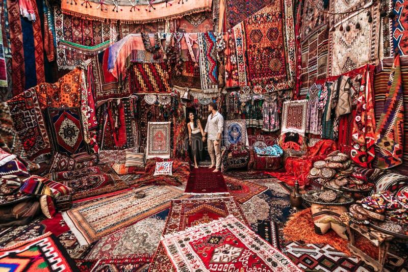 Para podróżuje świat M??czyzna i kobieta w sklepie Szczęśliwa para w Turcja M??czyzna i kobieta w Wschodnim kraju Prezenta sklep fotografia royalty free