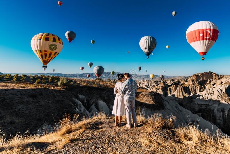 Para podróżuje świat Miesi?c miodowy wycieczka Para Ma??e?ska Na wakacje Tury?ci w Cappadocia Mężczyzna i kobieta odpoczywa w Tur obrazy stock