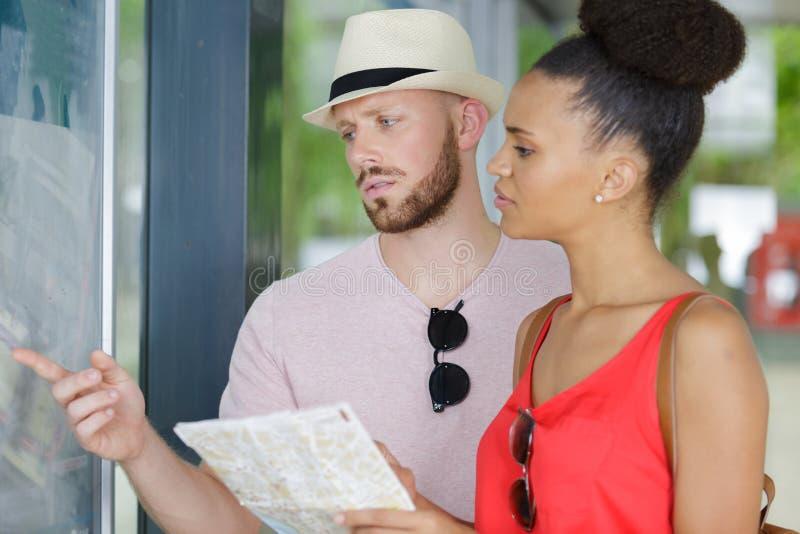 Para podróżuje wycieczką autobusową zdjęcia stock