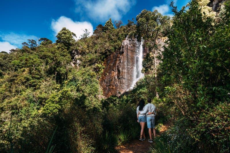 Para podziwia piękną siklawę fotografia stock