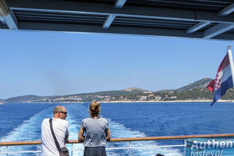 para podziwiająca poglądy podczas jazdy promem Jadrolinija przez Morze Adriatyckie w drodze na wyspę Korcula w Chorwacji fotografia royalty free