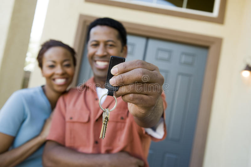 Para Pokazuje parę Domowi klucze obrazy royalty free