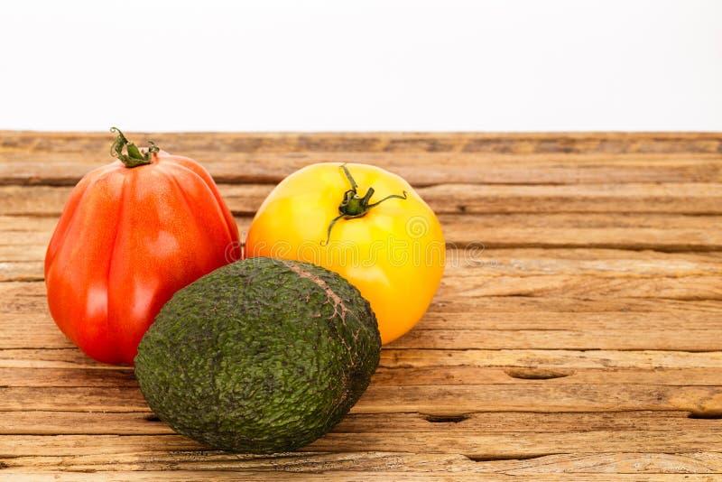 Para pomidory i avocado grupowanie z białym tłem obrazy royalty free