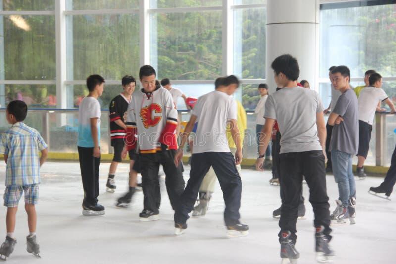 Para practicar el patinaje de la gente en SHENZHEN imagenes de archivo