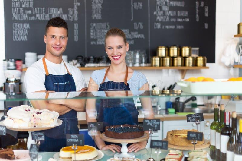 Para pracuje przy sklep z kawą obraz royalty free