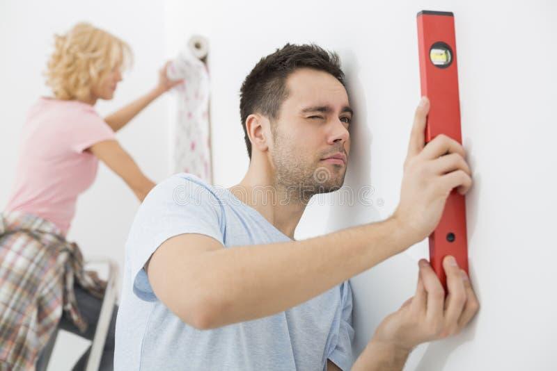 Para pracuje wpólnie w nowym domu zdjęcia stock