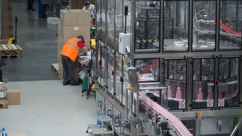 Para a produção de garrafas plásticas e de garrafas em uma fábrica da correia transportadora grampo Sistema de transporte na plan imagem de stock