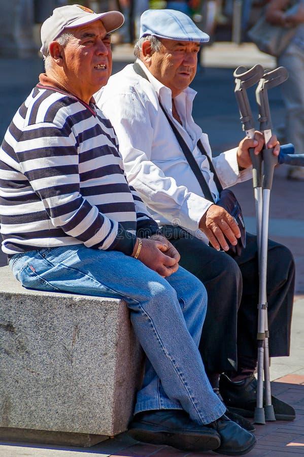 Para przechodzić na emeryturę mężczyźni siedzi na ławce w Valladolid w Wrześniu 2011 zdjęcie royalty free
