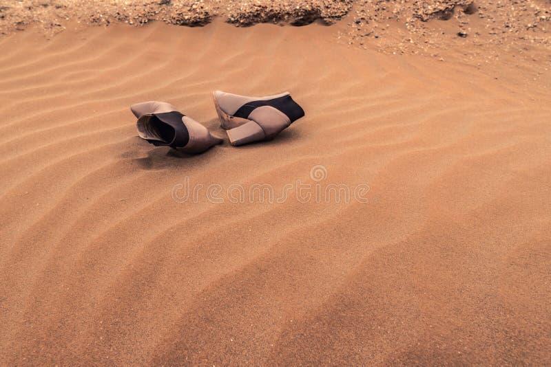 Para przegrani kobieta buty na piasku w diunach zdjęcia royalty free
