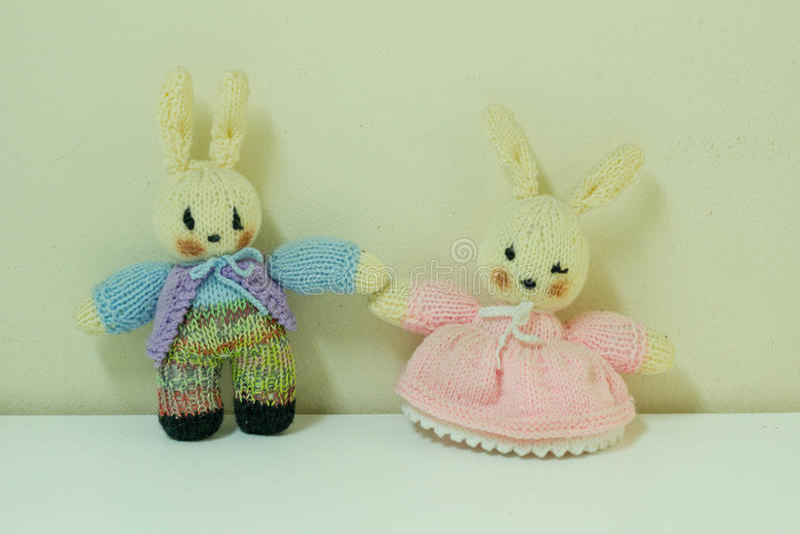 Para przekręca królik lalę fotografia royalty free