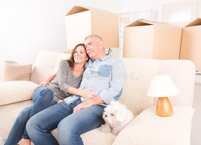 Para przy nowym domem zdjęcia royalty free