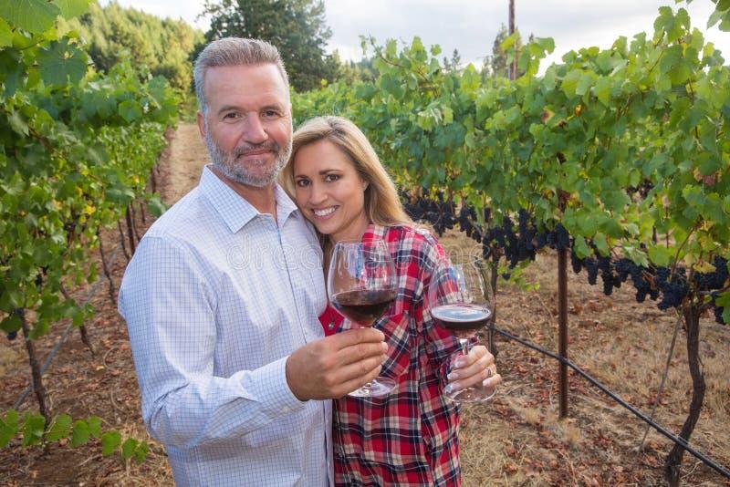 Para przy wytwórnią win obrazy stock
