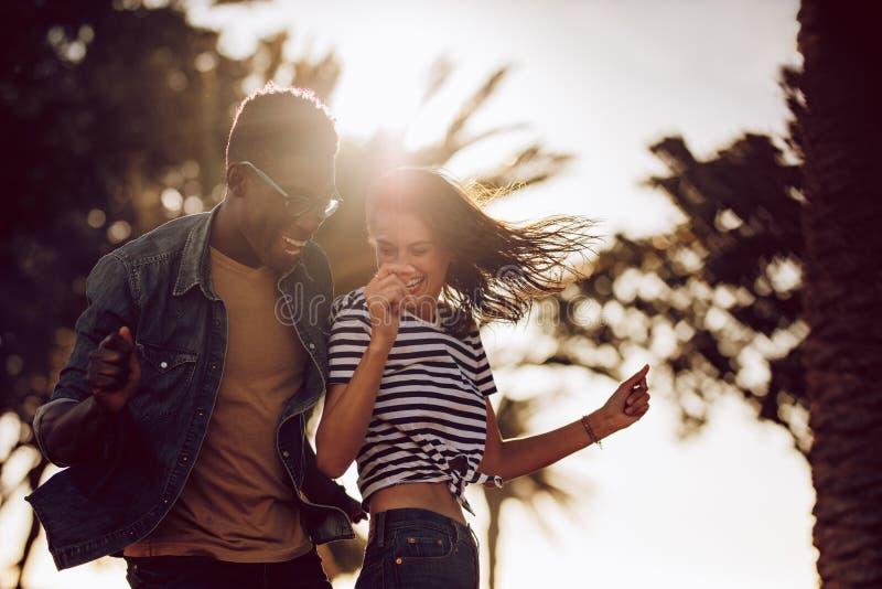 Para przyjaciele tanczy outdoors obraz stock