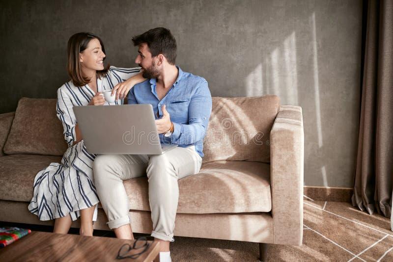 Para Relaksuje na kanapie Z laptopem Miłość, szczęście, ludzie i zdjęcia stock