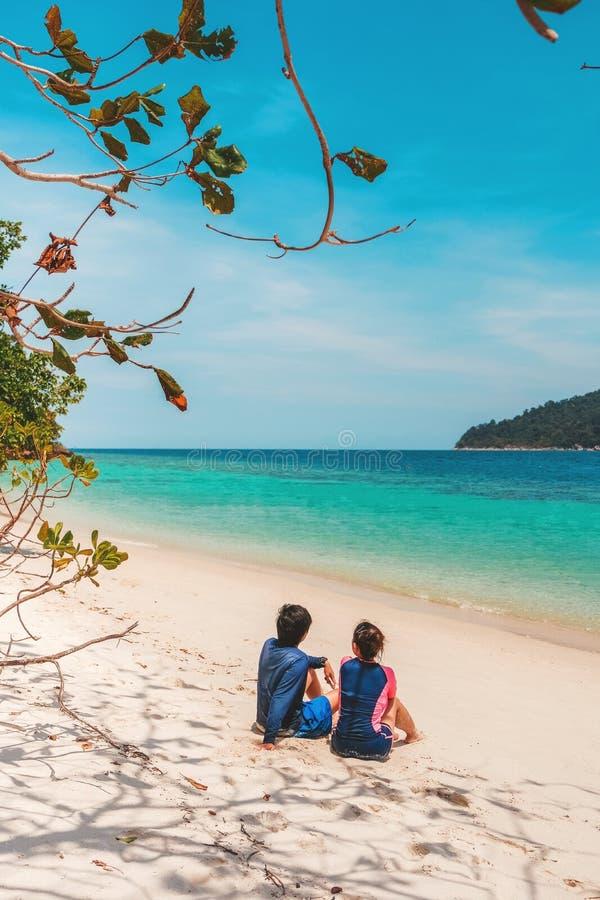 Para relaksuje na plażowym wakacje letni obraz royalty free