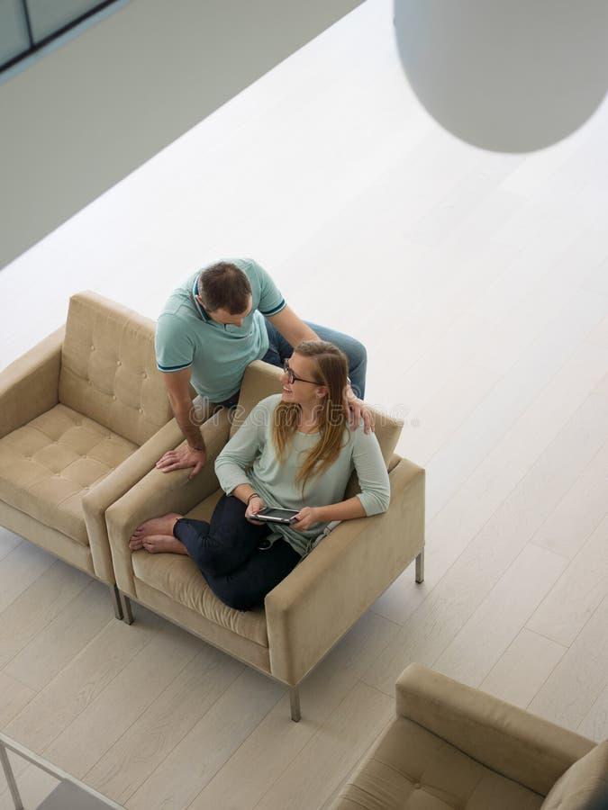 Para relaksuje w domu z pastylka komputerami zdjęcie stock