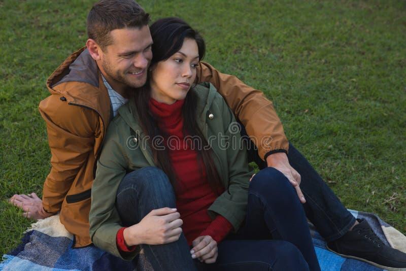 Para relaksuje w parku obraz royalty free