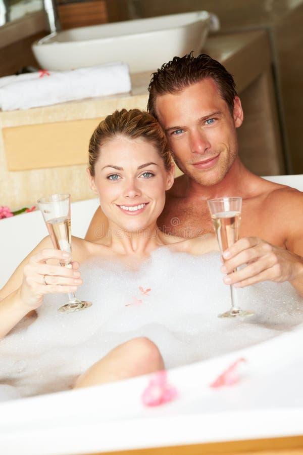 Para Relaksuje W skąpaniu Pije szampana Wpólnie fotografia stock