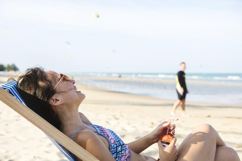 Para relaksuje z piwami na plaży obraz stock