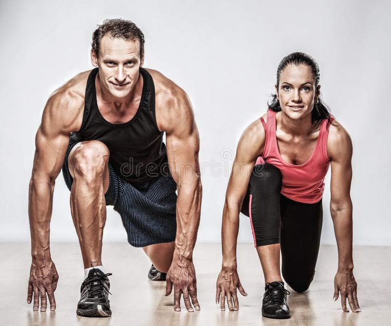 para robi ćwiczenie sprawności fizycznej zdjęcia royalty free