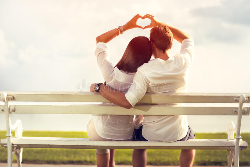 Para robi miłość symbolowi z rękami obraz royalty free