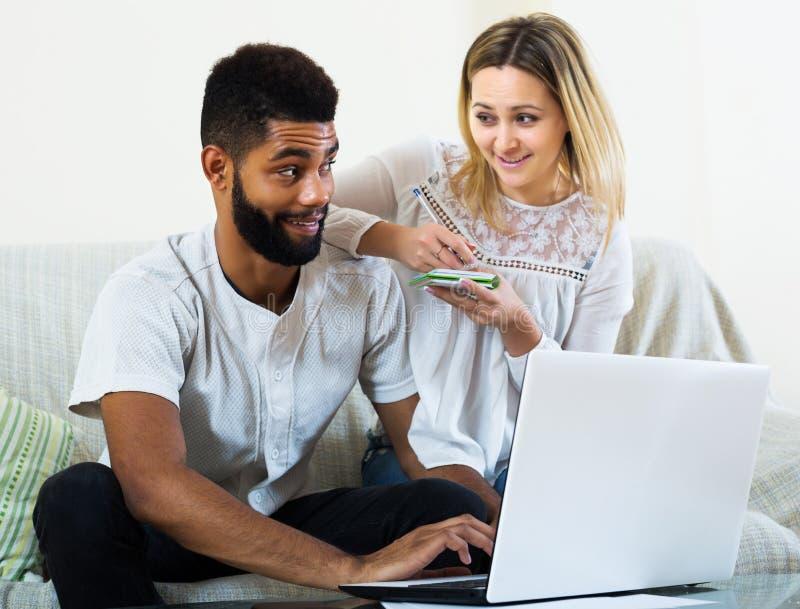 Para robi zakupy online w domu zdjęcie stock