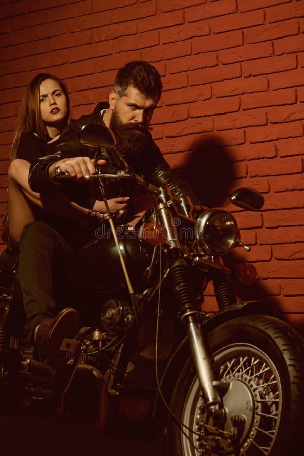 Para rowerzyści na motocyklu gotowym podróżować Modniś i kobieta siedzimy na retro motocyklu, podróży pojęcie Właśnie Iść fotografia stock