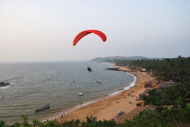 Para-Segelflugzeug an Anjuna-Strand, Goa lizenzfreie stockfotografie