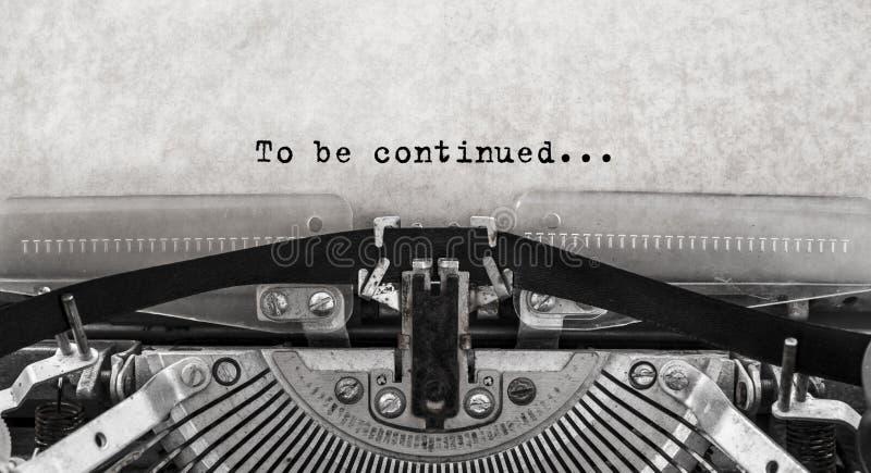 Para ser continuado Palabras mecanografiadas en una máquina de escribir vieja del vintage foto de archivo