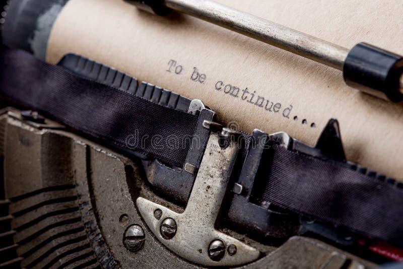 Para ser continuado Palabras mecanografiadas en una m?quina de escribir vieja del vintage imágenes de archivo libres de regalías
