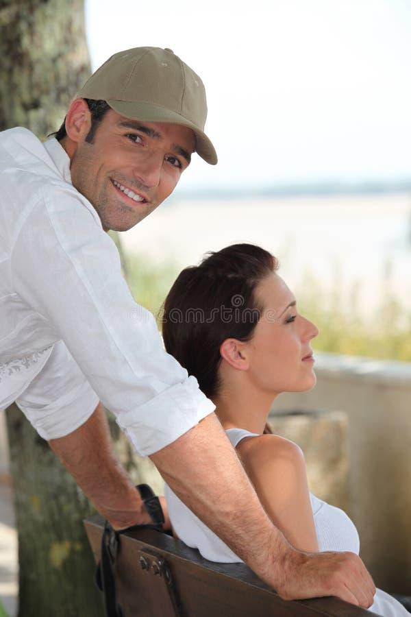 Para siedząca na ławce zdjęcia royalty free