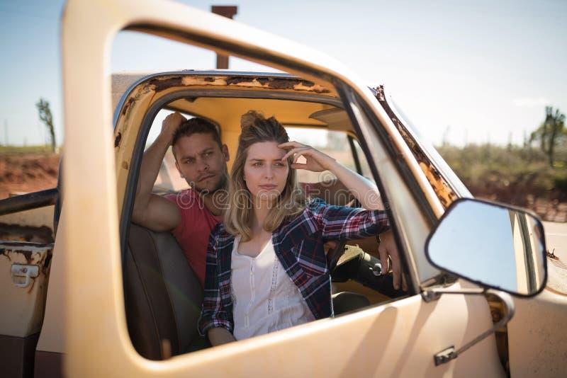 Para siedzi wpólnie w samochodzie zdjęcie stock