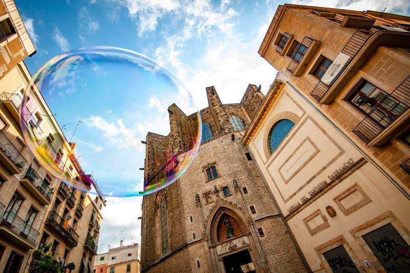 Para siempre persecución de burbujas alrededor de Barcelona fotos de archivo