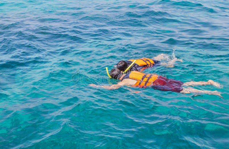 Para snorkeling z kamizelkami ratunkowymi w andaman morzu obraz stock