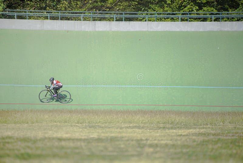 Para som cyklar idrottsman nen royaltyfria bilder
