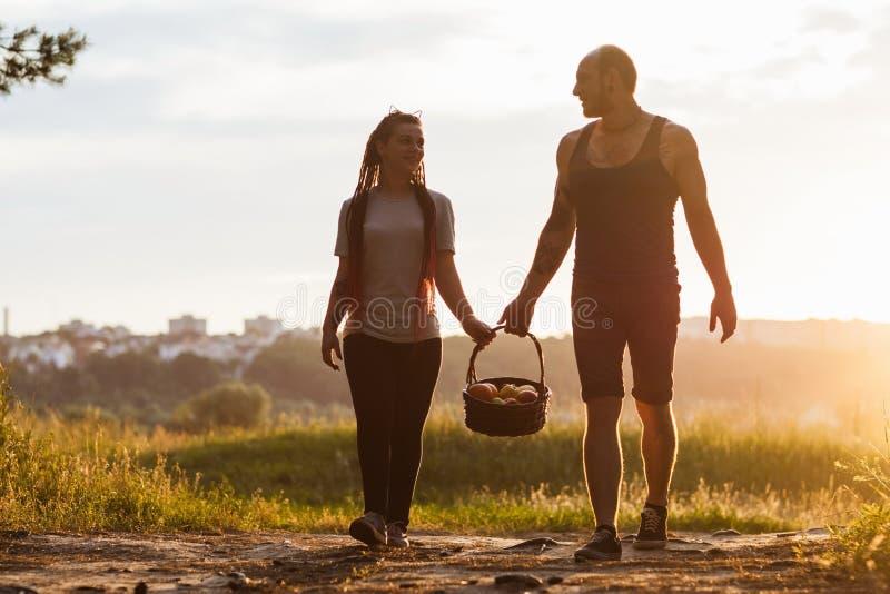 Para spaceru miłości nieformalny łąkowy pykniczny pojęcie obraz stock