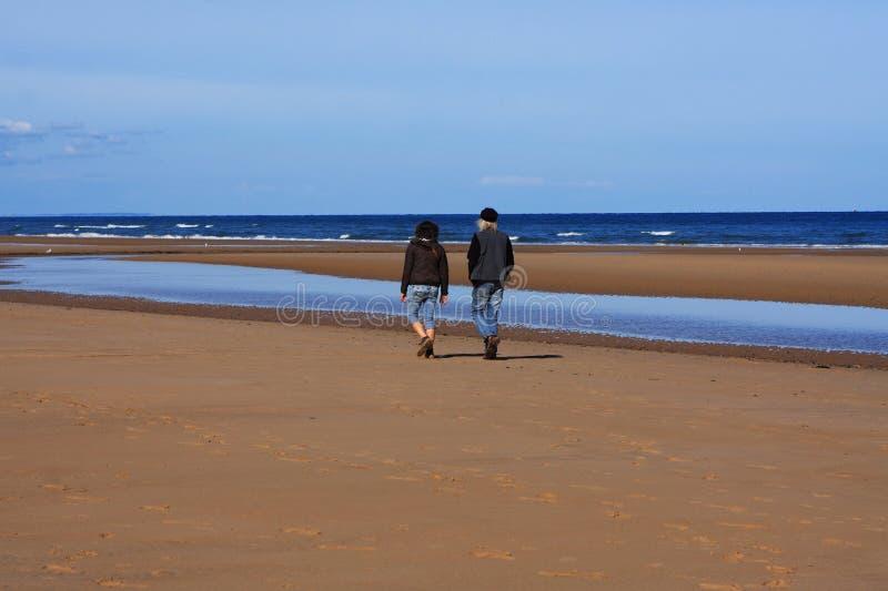 Para Spaceruje Na Omaha plaży, Normandy, Francja obraz stock
