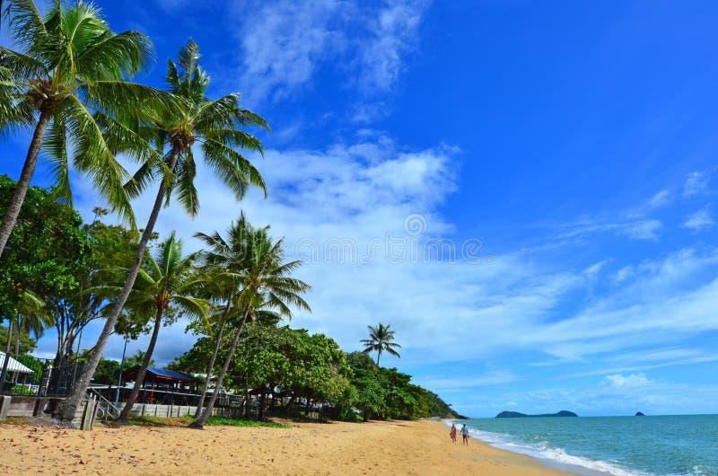 Para spacery na trójcy plaży blisko kopów Queensland Australia fotografia royalty free