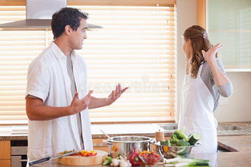 Para sprężającą sytuację w kuchni zdjęcie stock