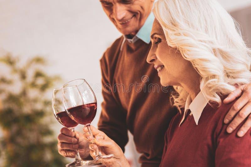 Para starzejący się ludzie cieszy się wino wieczór wpólnie obrazy royalty free