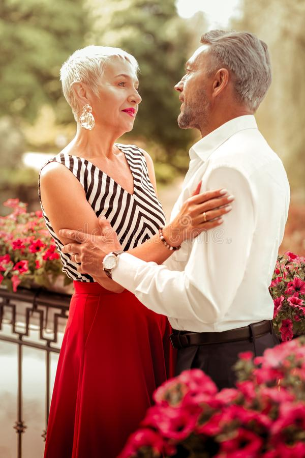 Para starzejący się przytulenie i patrzeć w oczy kobiety i mężczyzny zdjęcie royalty free