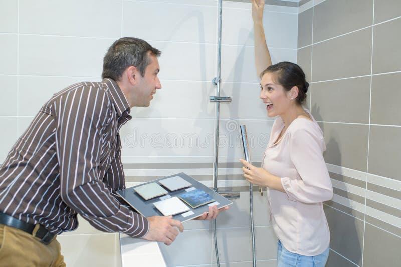 Para stojąca w prysznic kabinki eksponata mienia płytki próbkach obrazy royalty free