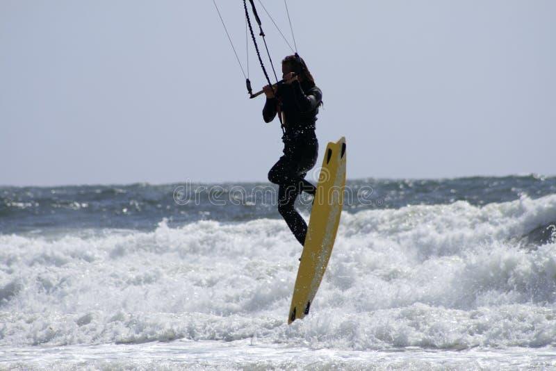 Para-Surfer über Ozean lizenzfreies stockbild