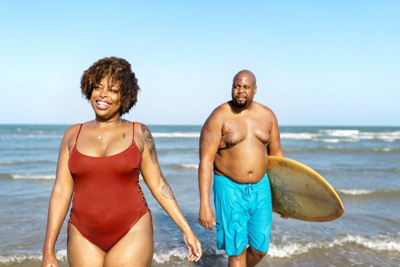 Para surfing przy plażą fotografia royalty free