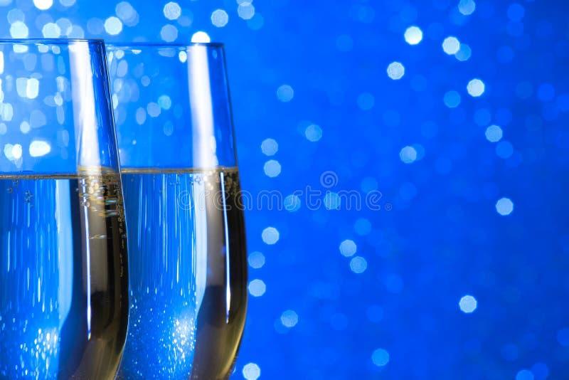 Para szampańscy flety na błękita światła bokeh tle obraz stock
