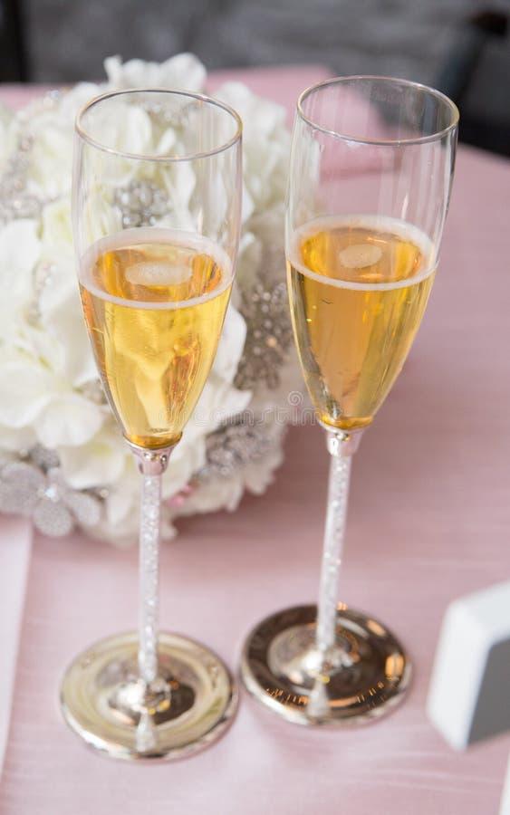 Para szampańscy szkła zdjęcie royalty free